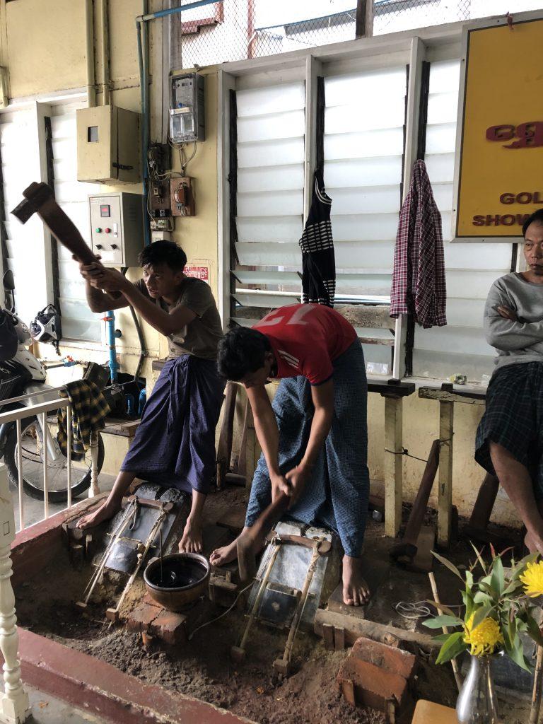 lavorazione delle lamine d'oro a Mandalay