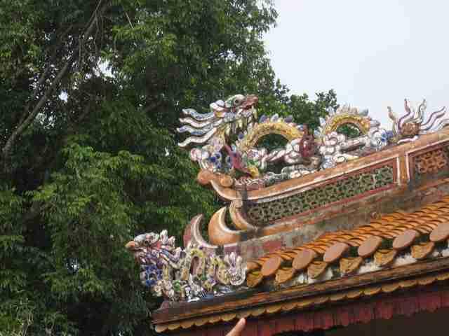 i tetti di Hué con pinnacoli colorati
